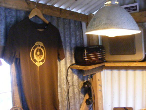 Ochre on Bakelite – Unisex Radio Droogdok T-Shirt
